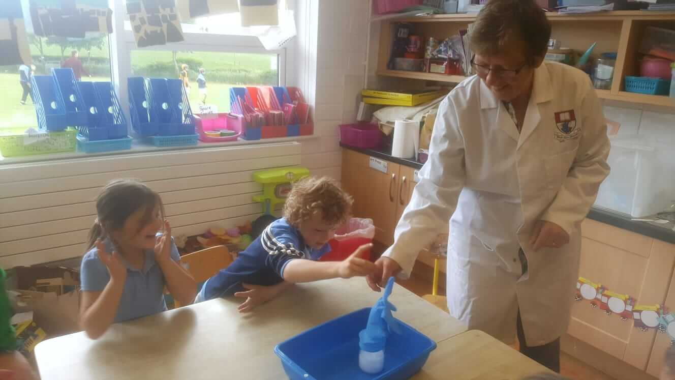 chemistry-experiments-junior-infants (4) – Scoil Mhólainge ~ Listerlin